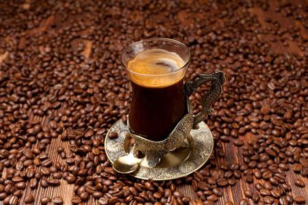 granos de cafe: Taza de caf� en granos de caf� de fondo