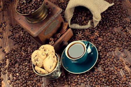 jute sack: Tazza di caff� e fagioli, vecchio macinino e sacco di iuta Archivio Fotografico