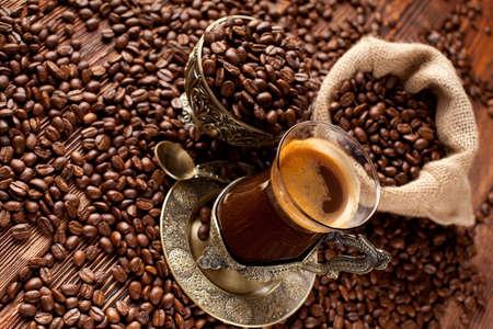 granos de cafe: Taza de café y granos de café