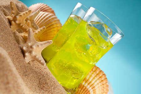 bebidas frias: Las bebidas fr�as y conchas en la playa Foto de archivo
