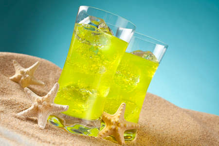 bebidas frias: Cold drinks on the beach and blue background