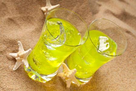 bebidas frias: Two cold drinks on the beach
