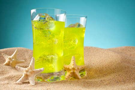 bebidas frias: Las bebidas fr�as en la playa y fondo azul
