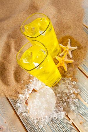 bebidas frias: Las bebidas fr�as, conchas y cubos de hielo en la playa Foto de archivo