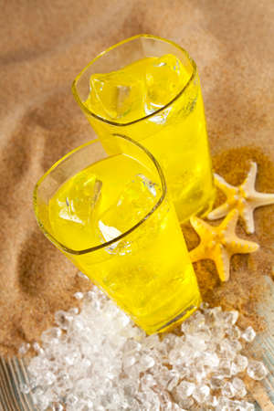 bebidas frias: Cold drinks, shells and ice cubes on the beach