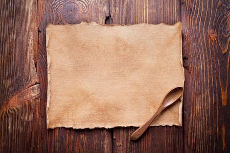 hoja de papel y la cuchara de madera Foto de archivo