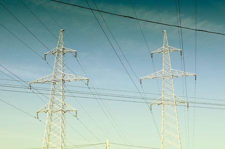 torres el�ctricas: L�neas de potencia Y Torres de electricidad  Foto de archivo