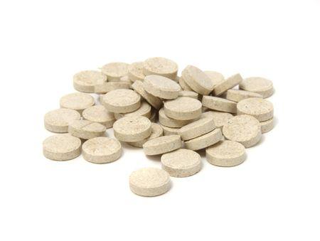 levadura: Tabletas de cervecero de levadura aisladas sobre fondo blanco  Foto de archivo