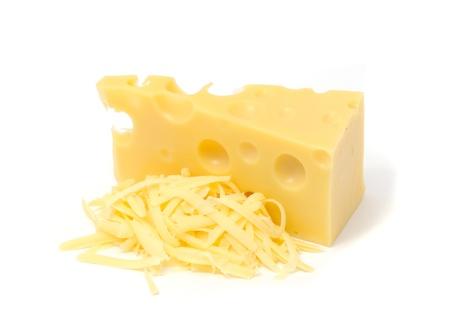 Pezzo di formaggio svizzero e pile di formaggio grattugiato isolato su sfondo bianco