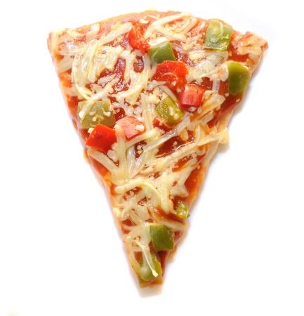 rebanada de pizza: Rebanada de Pizza vegetariana aislada sobre fondo blanco
