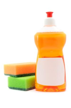 lavar platos:  L�quido para lavar vajilla y esponjas aisladas en fondo blanco