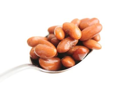 kidneybohnen: L�ffel gekochte Bohnen auf wei�em Hintergrund