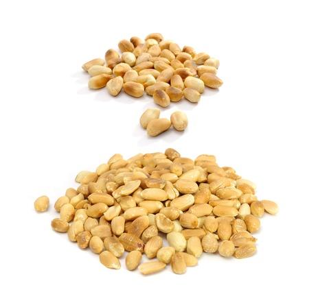 cacahuate: Cacahuetes tostados aisladas sobre fondo blanco