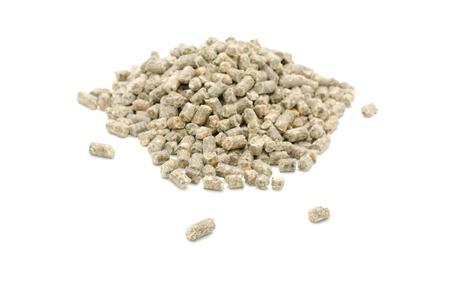 Enrobées aliments composés pour les bovins isolées sur fond blanc Banque d'images