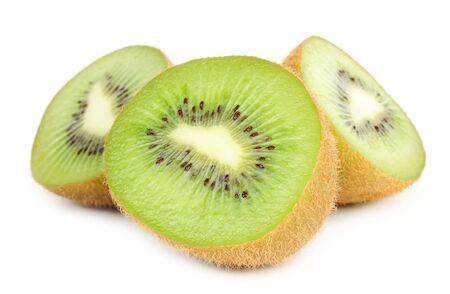 kiwi fruta: Reduce a la mitad Kiwi aislados sobre fondo blanco