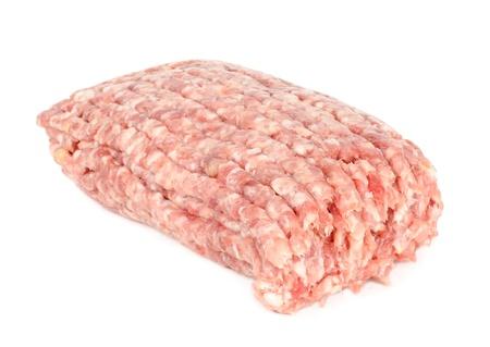 carne macinata:  Carne cruda tritata, isolato su sfondo bianco