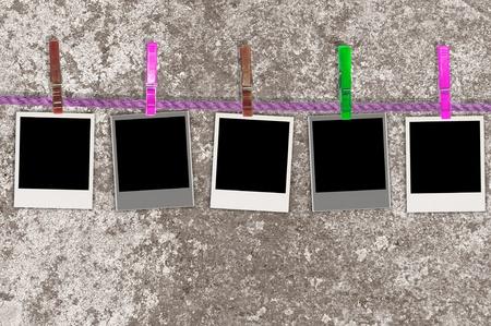 Cinq Photos vierges sur corde sur le fond sale