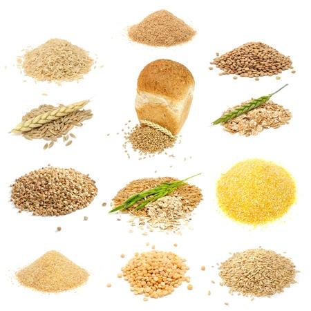 avena en hojuelas: Granos y conjunto de cereales (arroz, Bran, lentejas, granos de centeno, granos de trigo y escamas, alforfón, avena, sémola de maíz, trigo grañones, guisantes, todo avena) aisladas sobre fondo blanco