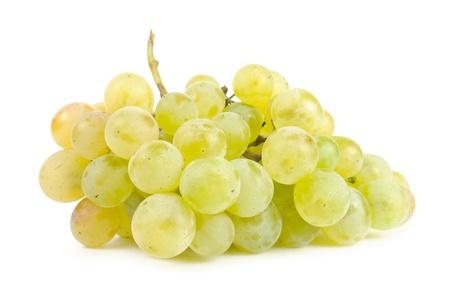 Uvas blancas aisladas sobre fondo blanco