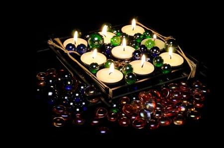 Bruciando candele romantiche a Portacandele con pietre di vetro decorativo Archivio Fotografico - 11418660