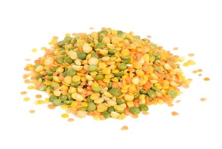 렌즈 콩: 렌즈 콩 및 분할 완두콩 믹스 흰색 배경에 고립