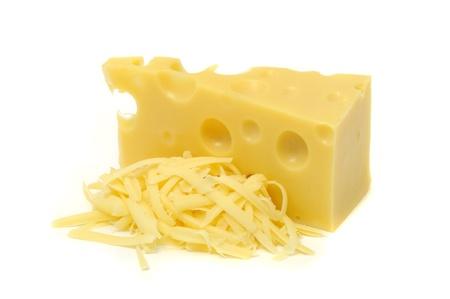 queso rallado: Pedazo de queso y la pila de queso rallado aisladas sobre fondo blanco