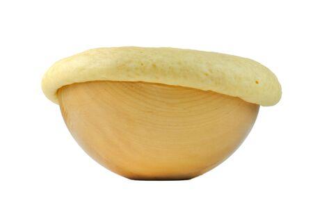 levadura: La masa de levadura en plato de madera aislada sobre fondo blanco