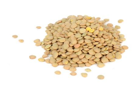 렌즈 콩: 흰색 배경에 고립 된 렌즈 콩의 더미