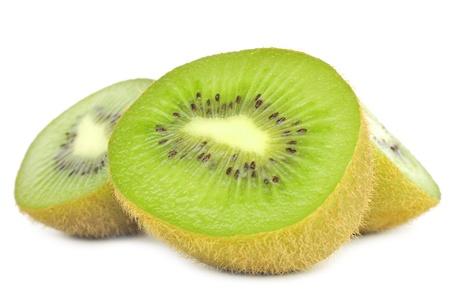 kiwi fruta: Los kiwis reducida por la mitad Aislado sobre fondo blanco