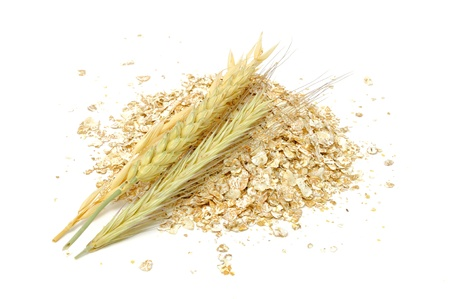 avena en hojuelas: Trigo, avena, centeno y cebada Flakes con orejas aisladas sobre fondo blanco