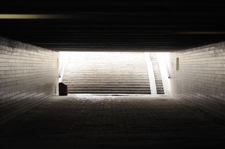 통로: 어두운 빈 지하도 (지하철)