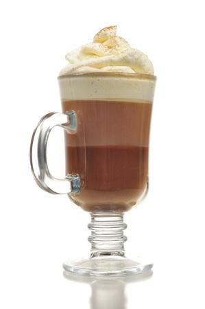chocolate caliente: Cóctel de chocolate en capas con crema batida en el vidrio aislado sobre fondo blanco