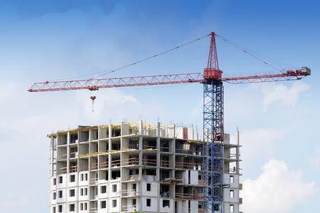 grue  tour: Grue � tour et de la construction inachev�e au chantier de construction Banque d'images