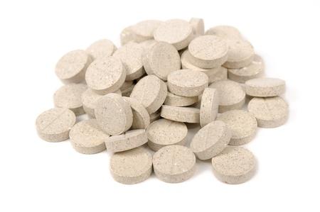 levadura: Los comprimidos de levadura de cerveza para perros y gatos aislados sobre fondo blanco
