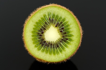 kiwi fruta: Kiwi Sección transversal sobre fondo Negro Foto de archivo