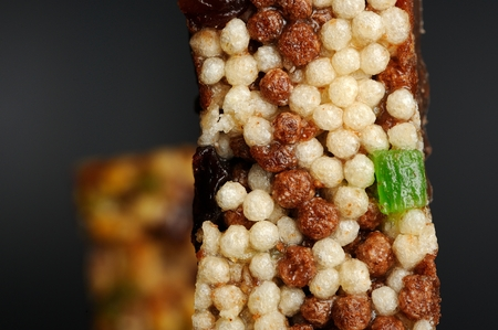 casse-cro�te: Snack-bar avec riz souffl�, des raisins secs et fruits confits