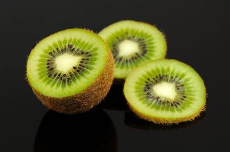 kiwi fruta: Rebanadas del kiwi de la fruta en Fondo Negro Foto de archivo
