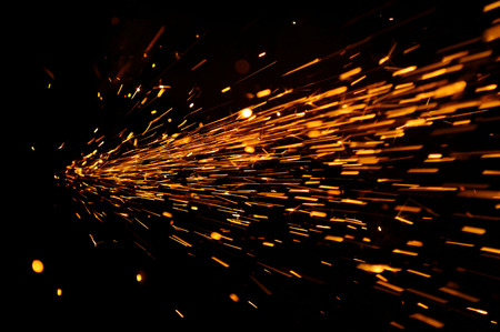 soldadura: Flujo radiante de chispas en la oscuridad