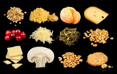 queso rallado: Copos de avena, planta y tabla de mostaza, mandarina, queso, arándanos, queso rallado, algas laminaria, trigo inflado, de chocolate blanco, hongos botón blanco, brotes de trigo y harina de avena con las migas de galleta en un fondo negro