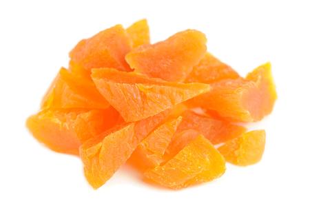 frutos secos: Albaricoques secos picados aisladas sobre fondo blanco Foto de archivo