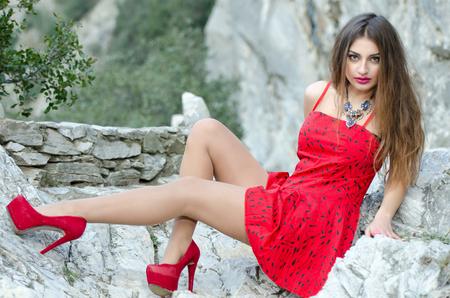 caperucita roja: Mujer en un vestido rojo como una caperucita roja Foto de archivo