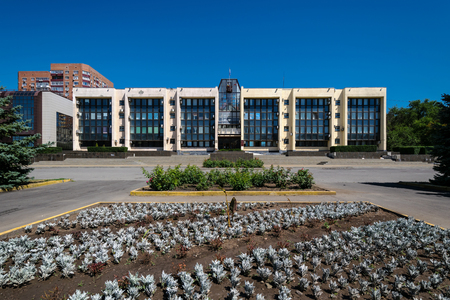 Soviet modern era brutalism style administration building facade in sunny summer day in Rostov-on-Don, Russia Stockfoto