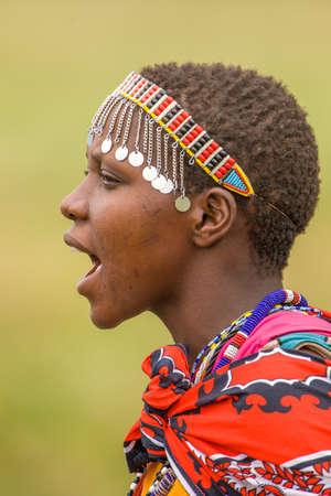 Maasai Frau Gesang Standard-Bild - 24853126