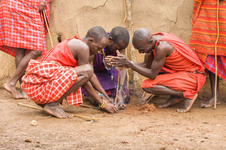 Maasai Tribemen machen Feuer Standard-Bild - 24891229