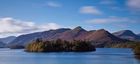 秋、イギリスの湖水地方にダーウェント水 写真素材