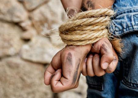manos sucias: Manos sucias atadas detr�s de la espalda de prisioneros