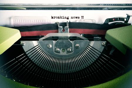 comunicación escrita: texto de la vendimia hecha por vieja máquina de escribir, noticias de última hora Foto de archivo