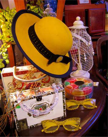 polished wood: Una composizione di still life di boutique accessori e altri oggetti su un tavolo di legno lucido scuro.                                 Archivio Fotografico