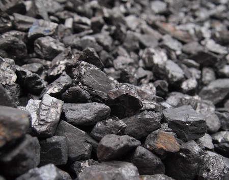 黒い石炭の杭のクローズ アップ。 写真素材