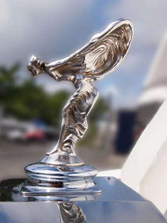 """�xtasis: Fenwick Island, Delaware - 23 de agosto 2014: Primer en el """"Spirit of Ecstasy """" el  ornamento de la capilla, de perfil, en una �poca de autom�viles de Rolls Royce en la exhibici�n en una demostraci�n de coche. Editorial"""